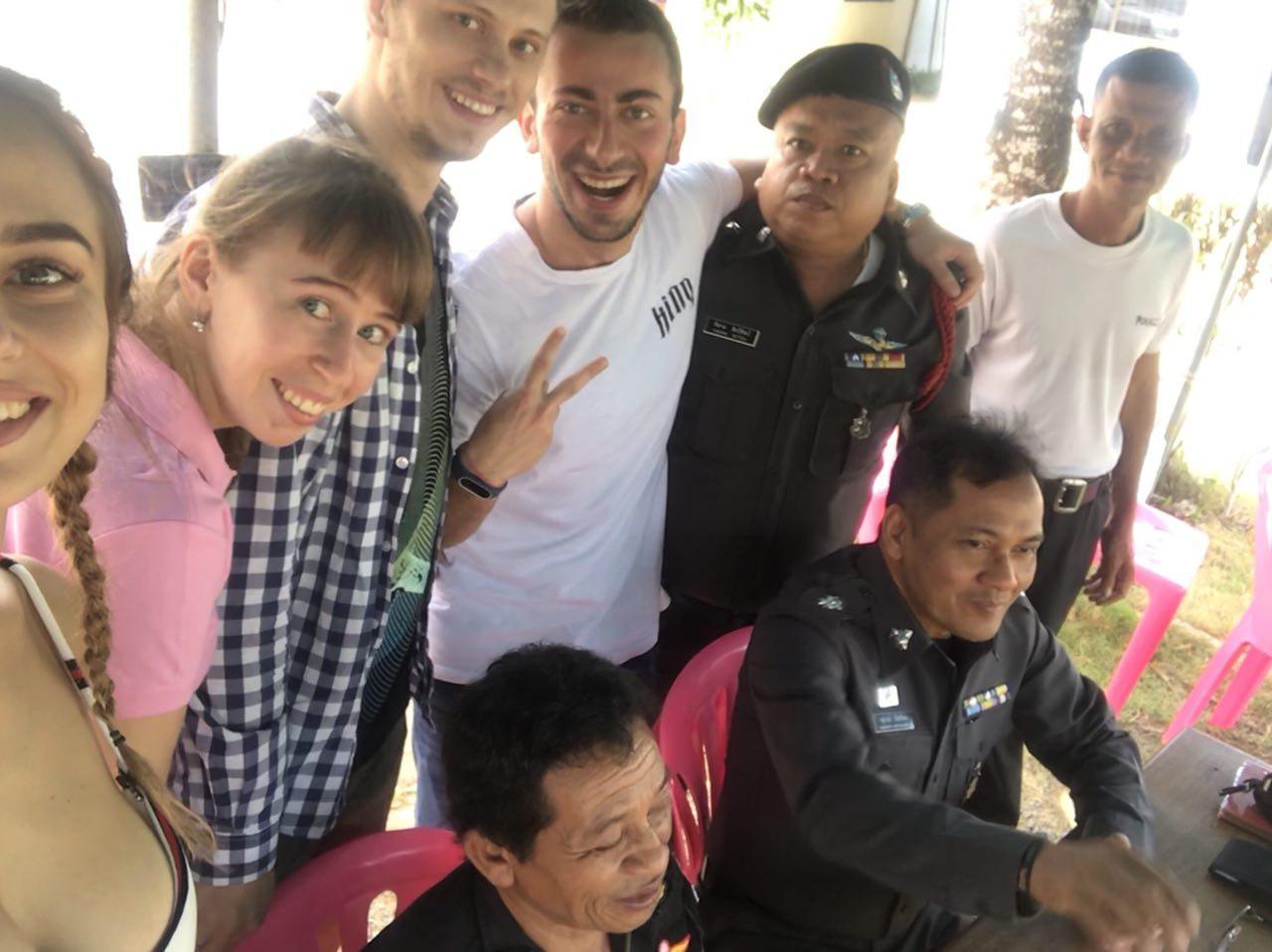 Тайские полицейские угостили кофе и печеньками просто так
